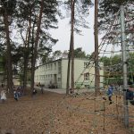 Schulhof mit Nebengebäude