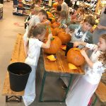 Kürbisschnitzen zu Halloween